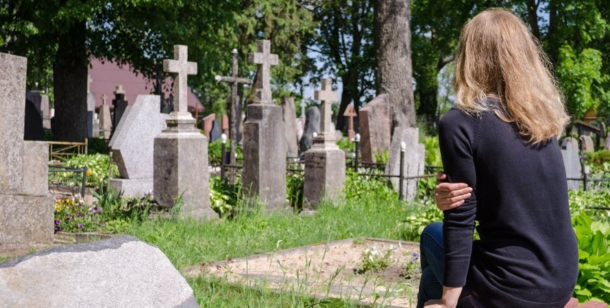 Школьницы фотографировались полуголыми на кладбище, кладбище, Кременчуг, Полтавская область, полуголые, семиклассницы