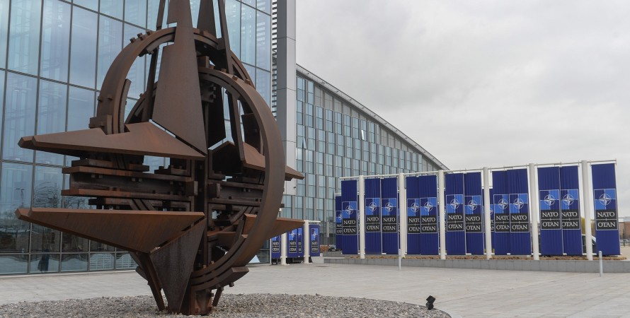 штаб-квартирі НАТО в Брюсселі, емблема нато