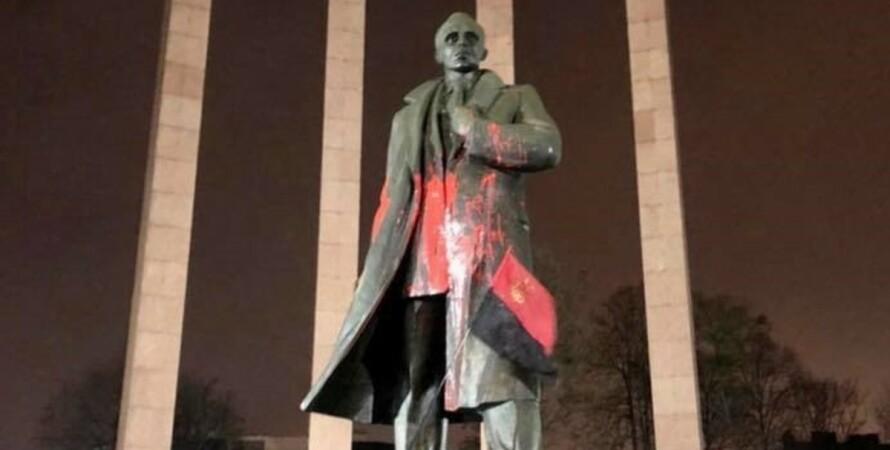 памятник Бандере, Степан Бандера, фото, краска, акт вандализма