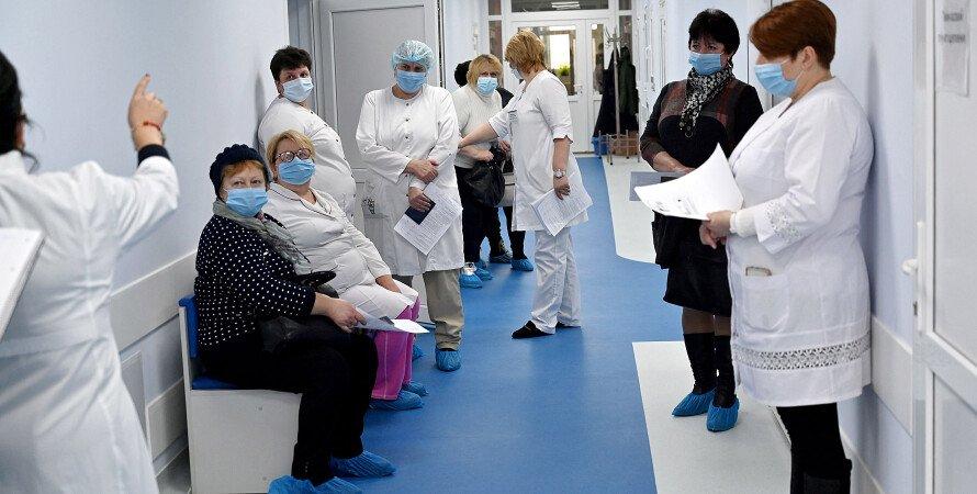 лікарняний коридор, медпрацівники, черга на вакцинацію, коронавірус