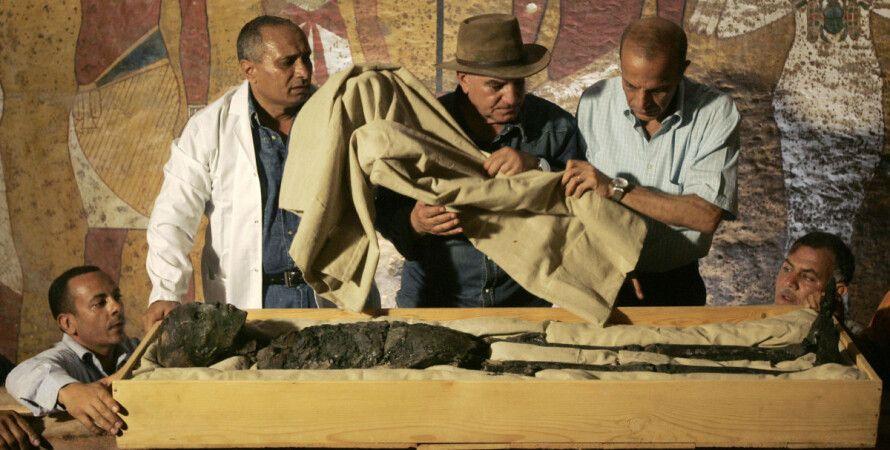 Єгиптолог Захі Хавасс у мумії Тутанхамона