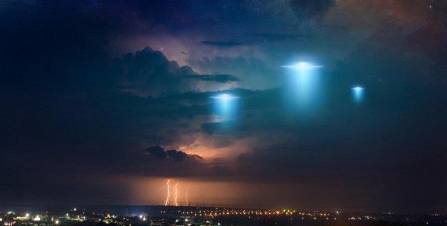 НЛО, літаючі тарілки, місто, небо, ілюстрація