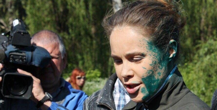 В Славянске Королевскую облили зеленкой / Фото: УНИАН