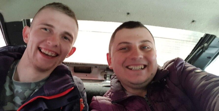 Денис (слева) с другом/Фото: facebook.com/MykolaDeputat