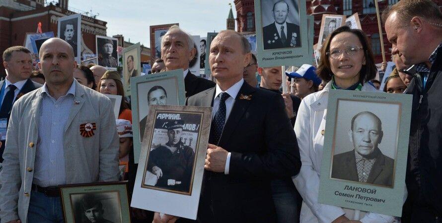 Владимир Путин (1952 г.р.) с портретом отца, якобы погибшего на войне. Москва, 9 мая 2015 г. / Фото: ТАСС
