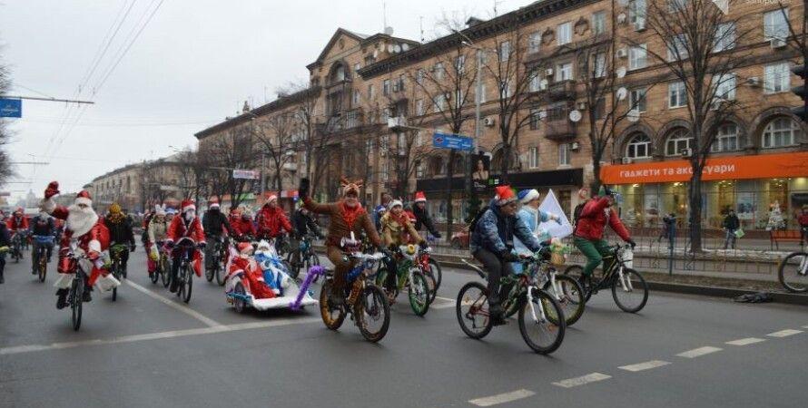 В Запорожье прошел велопробег Дедов Морозов и Снегурочек / Фото: 061.ua