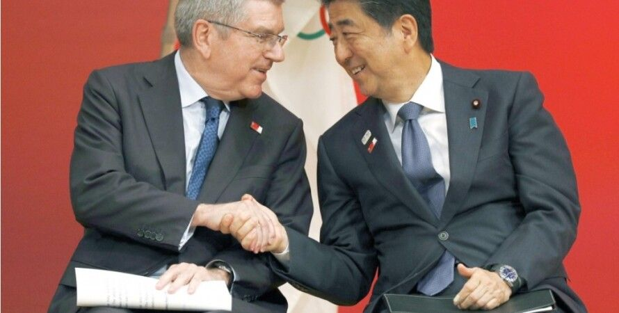Глава МОК Томас Бах (слева) и премьер-министр Японии Синдзо Абэ. Фото: Kyodo