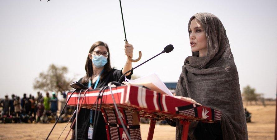 Анджелина Джоли , лагерь беженцев