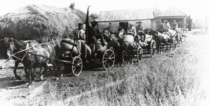 Красноармейцы вывозят хлеб из донецкого села. Фото 1930-х годов