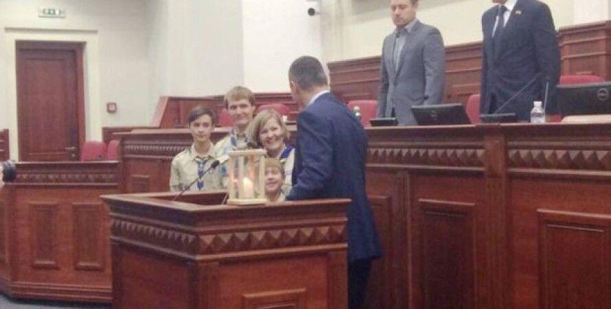 Мэр Киева Виталий Кличко принял от скаутов Вифлеемский огонь мира / Фото: Facebook