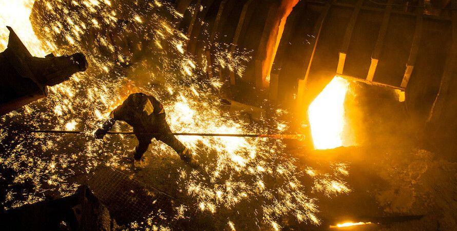 Рабочий Запорожстали перед доменной печью, фото: Getty Images