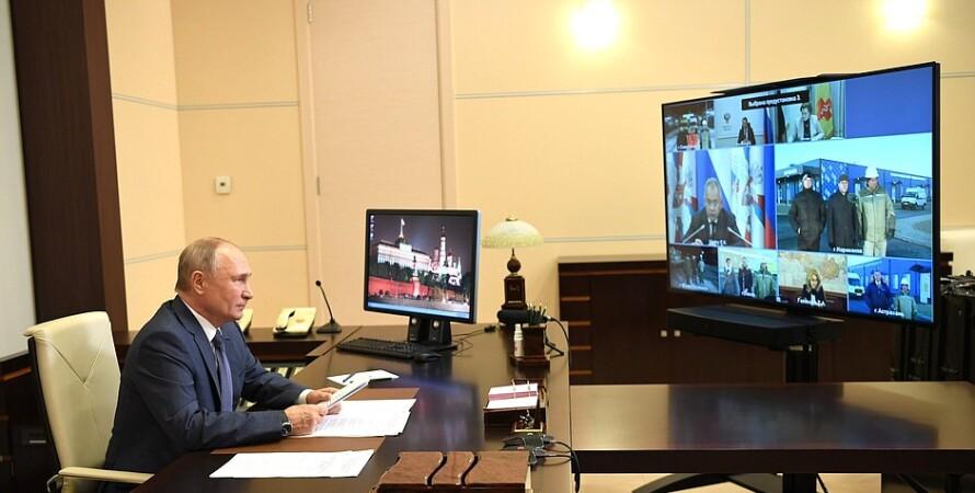 путин сидит за столом видеоконференция
