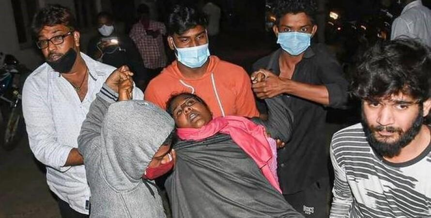 Женщина, больная, несут в больницу, Индия