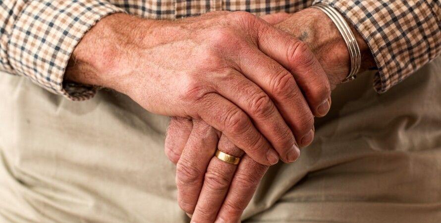 Пенсионер, руки - фото