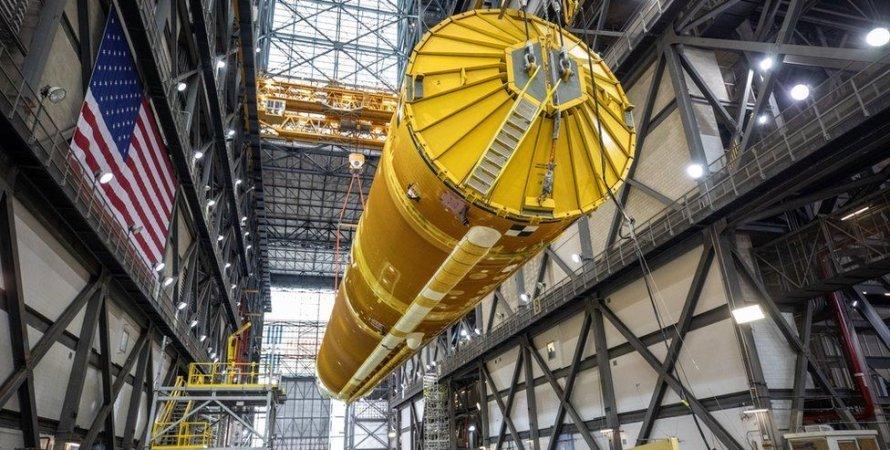 Місяць, політ на місяць, SLS, запуск в космос, космічна ракета, наса, nasa, перші фото sls, політ на місяць, США