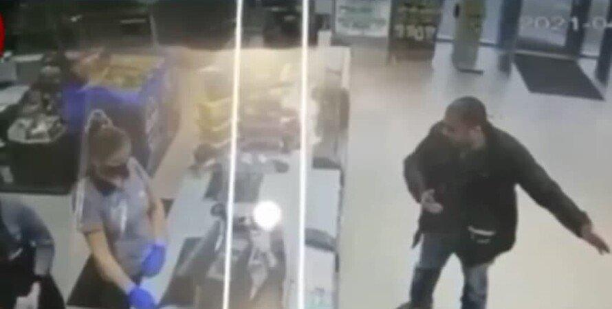 Локдаун в Киеве, мужчина, заправка, плюнул в лицо