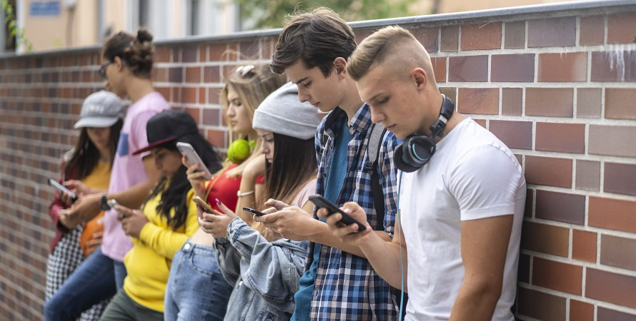 поколение z, подростки с гаджетами в руках
