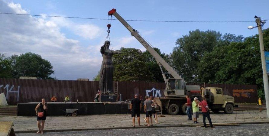 Во Львове сносят Монумент славы советской армии