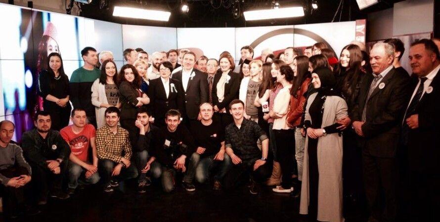 Коллектив крымскотатарского телеканала ATR в последние секунды вещания / Фото: facebook.com/zair.akadyrov
