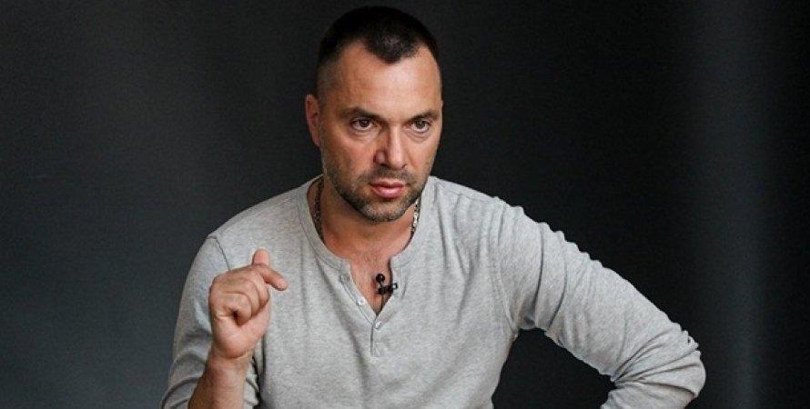Советник главы Офиса президента Алексей Арестович на черном фоне