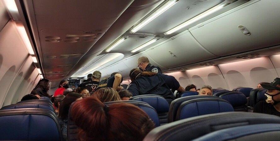 United Airlines, смерть на борту, умер пассажир, коронавирус