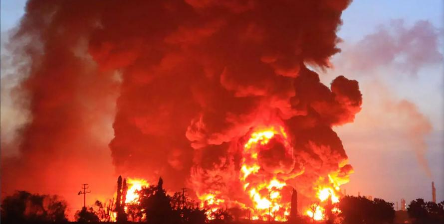 взрыв в индонезии, пожар нпз в индонезии.