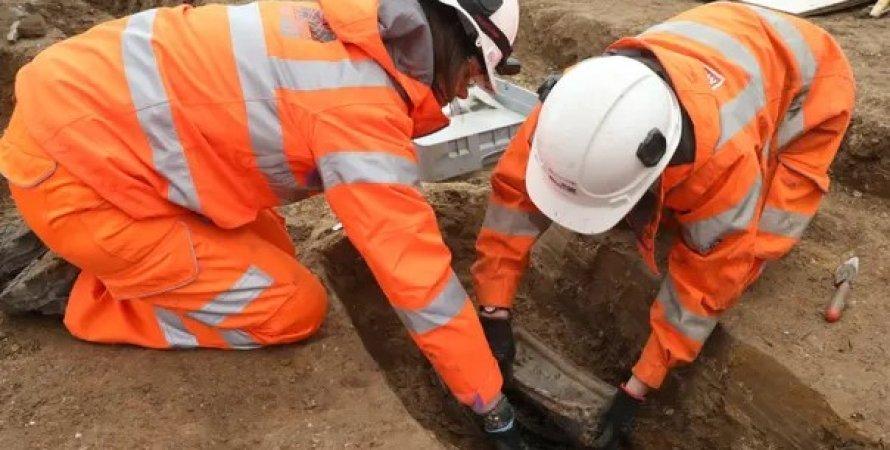 Робочі розкопують стародавнє поховання
