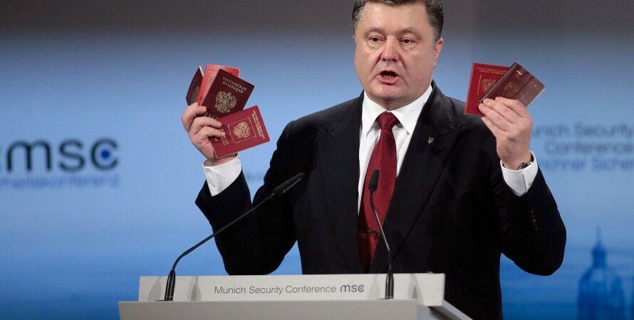 Петр Порошенко на Мюнхенской конференции показывает паспорта российских военных / Фото: Getty Images
