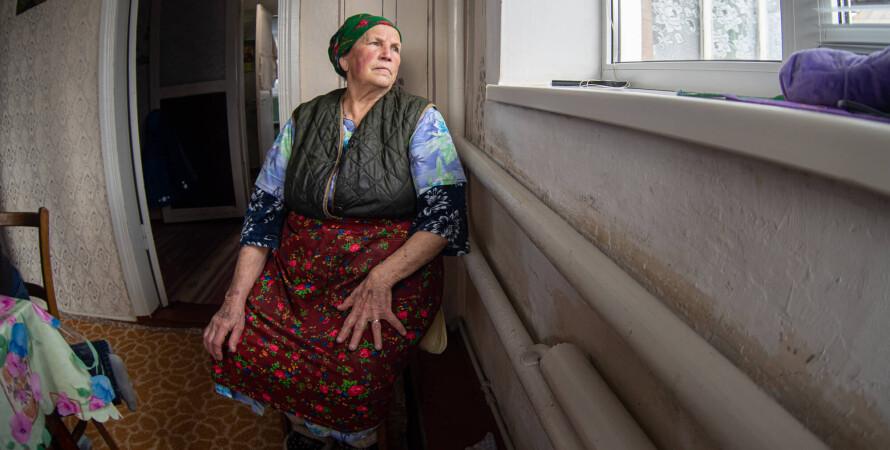 пожилая женщина возле окна, наследство, квартира, пожизненный уход