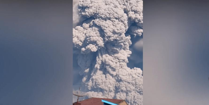 виверження в Індонезії, який прокинувся вулкан Синабунг