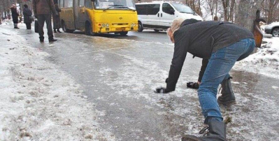 Гололед в Киеве, человек падает, гололед, штраф