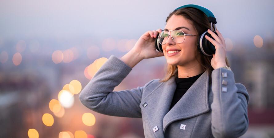 Дівчина, навушники, слухає музику, плейлист
