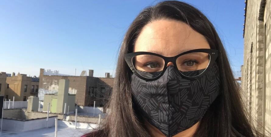 жінка в масці та окулярах, вчені, дослідження, коронавірус, covid-19, пандемія коронавируса