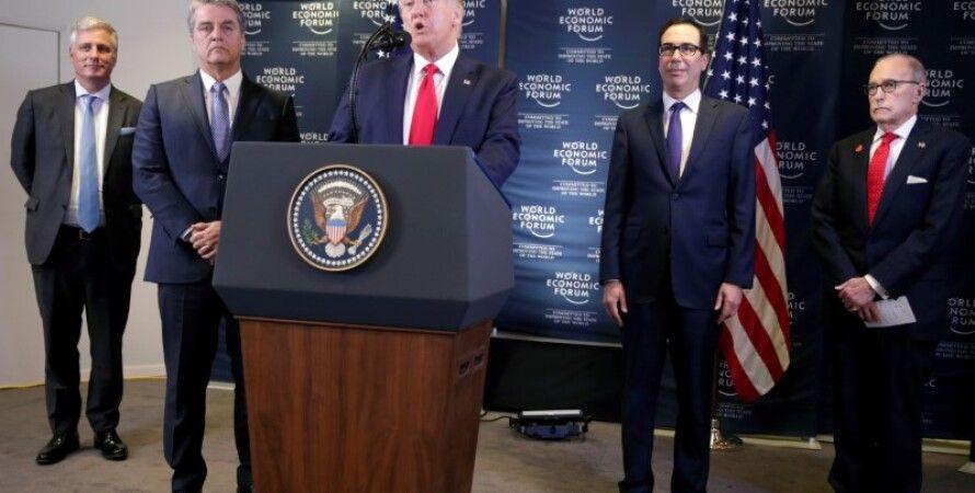 Дональд Трамп и Роберту Азеведу (слева от трибуны). Фото: OANN