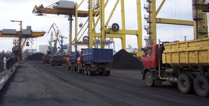 Разгрузка угля из ЮАР в порту Ильичевск / Фото: cfts.org.ua