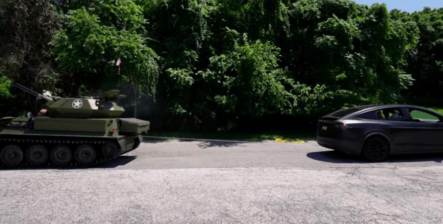 Соревнование Tesla против танка