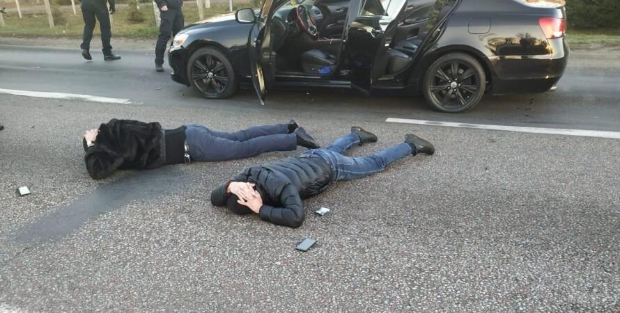 задержанные лежат на асфальте
