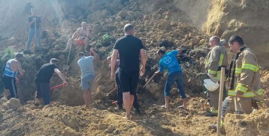 Берег  под Одессой накрыл оползень. Под завалами ищут людей