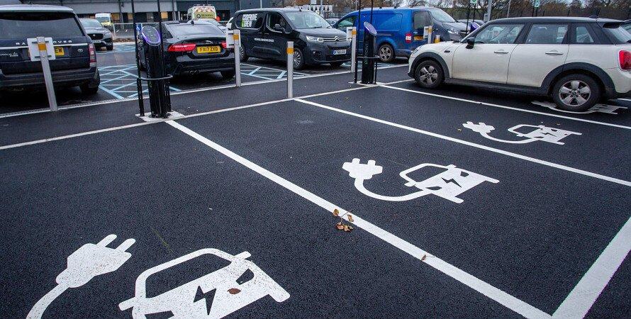 стоянка авто, електромобілі, парковка для електромобілів