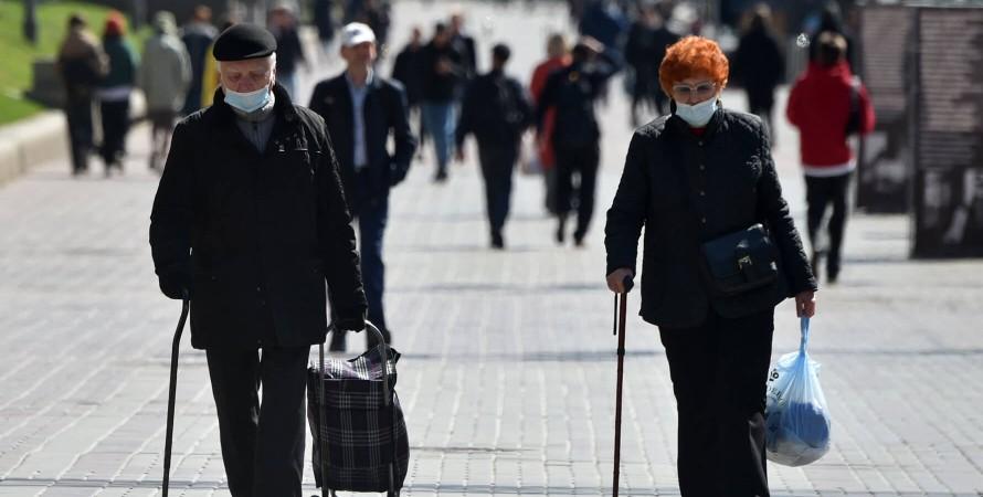 люди похилого віку, пенсіонери, пішоходи, перехожі