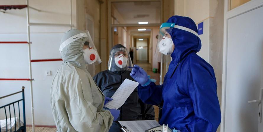 лікарі в захисних костюмах, коронавірус