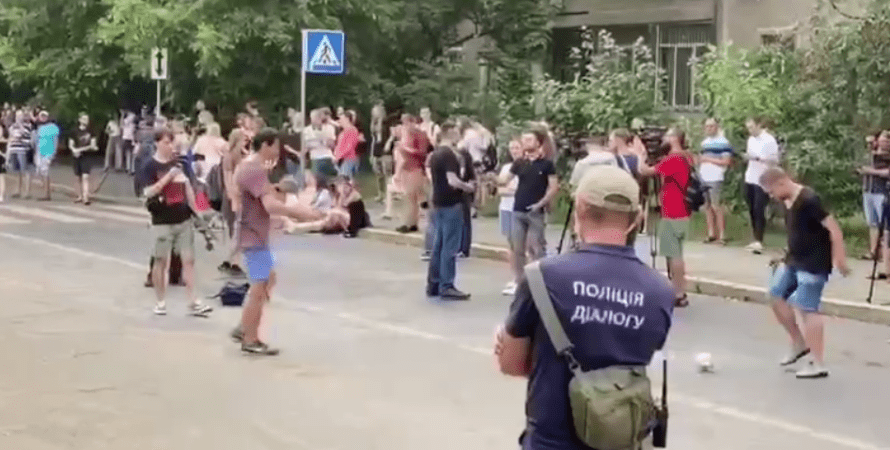 аваков отставка, празднование отставки, аваков мвд, здание мвд, стерненко, аваков ушел в отставку