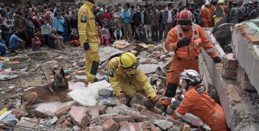 Поиски жертв землетрясения в Непале / Фото: Will Oliver, EPA