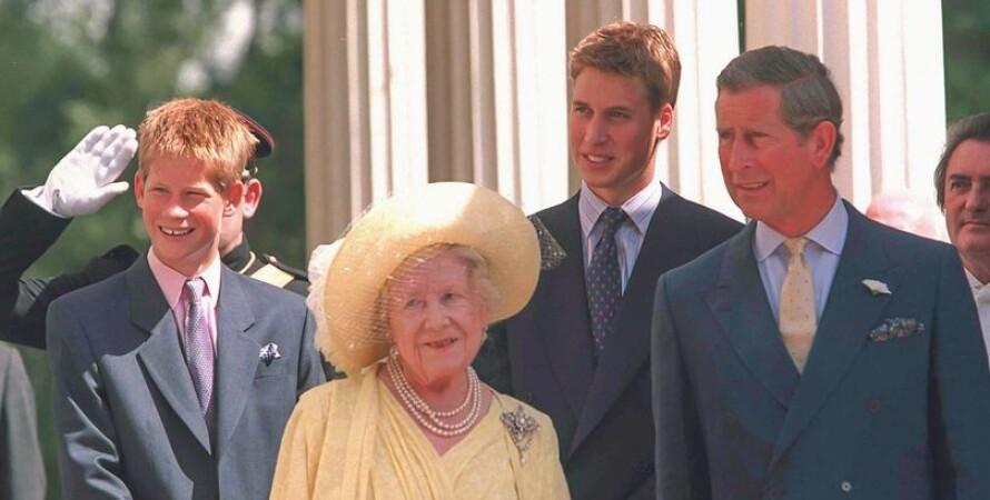Принцы Уильям, Гарри и Чарльз с королевой-матерью
