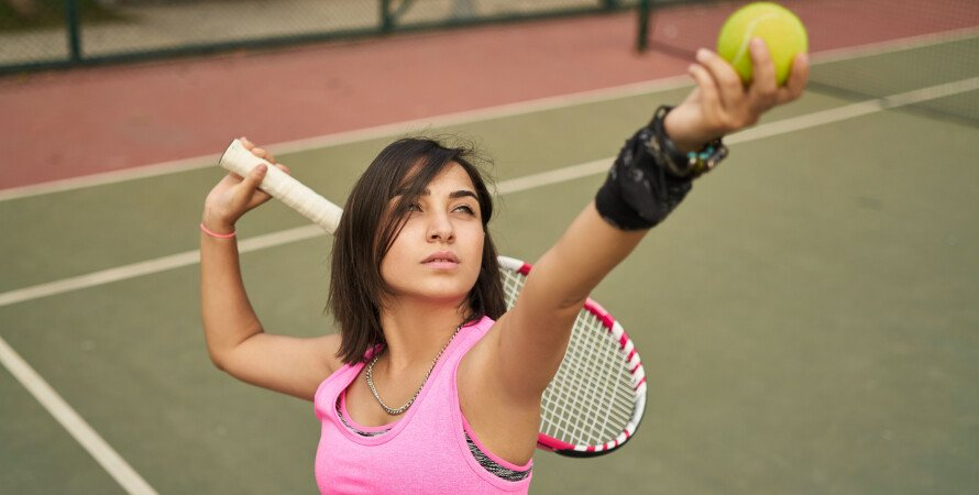 Теннисистка на корте, большой теннис