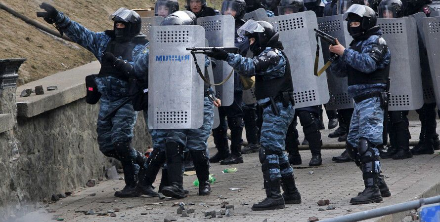 "Бойцы ""Беркута"" ведут огонь по протестующим / Фото: AP"