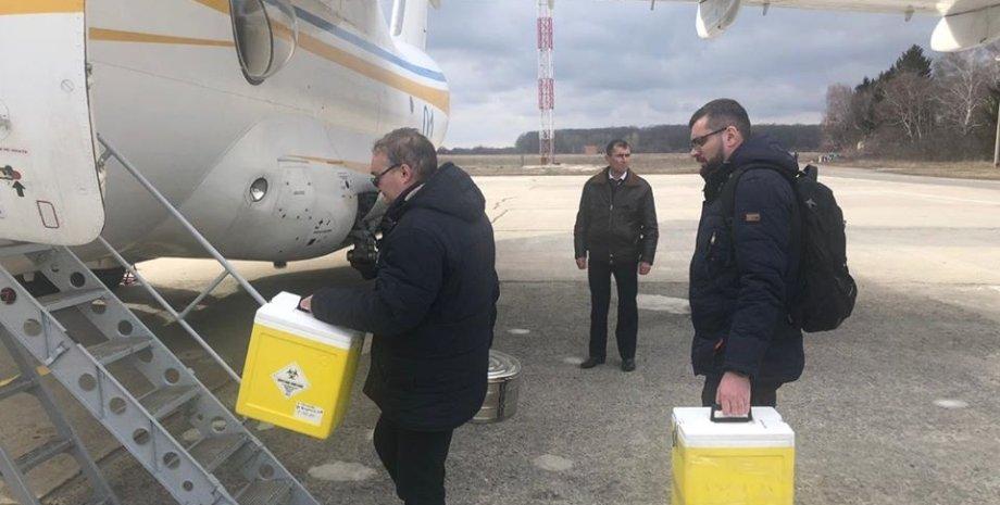 Образцы эвакуированных везут в Киев / Фото: facebook/rnbou