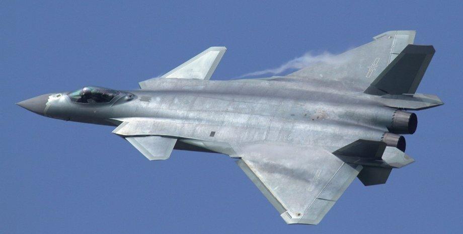 Чэнду J-20 рассекает голубое небо