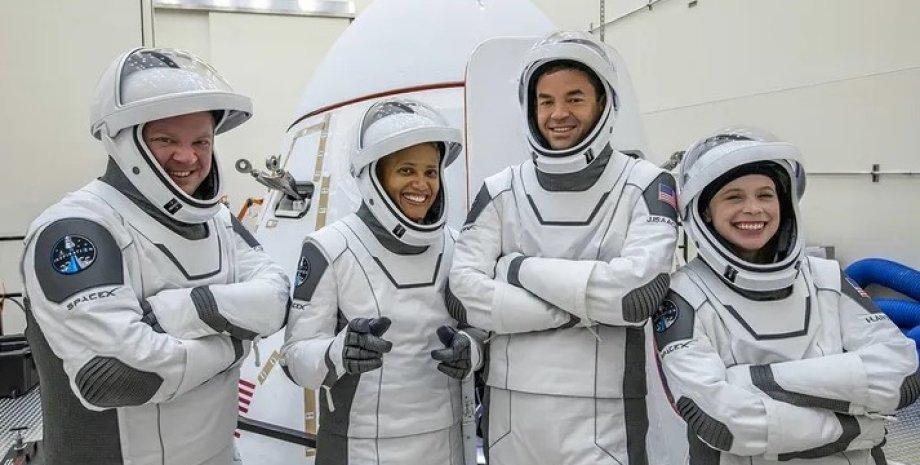 Экипаж миссии Inspiration4. Слева направо Крис Семброски, Сиан Проктор, Джаред Исаакман и Хейли Арсено.