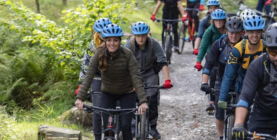 Кейт Миддлтон на горном велосипеде